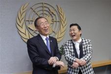 A dél-koreai Psy nevű énekes a Gangnam Stylet tolja Ban Ki-moon ENSZ főtitkárral
