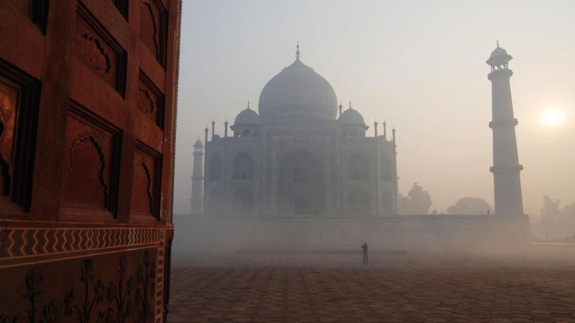 Napkelte a Taj Mahal előtt